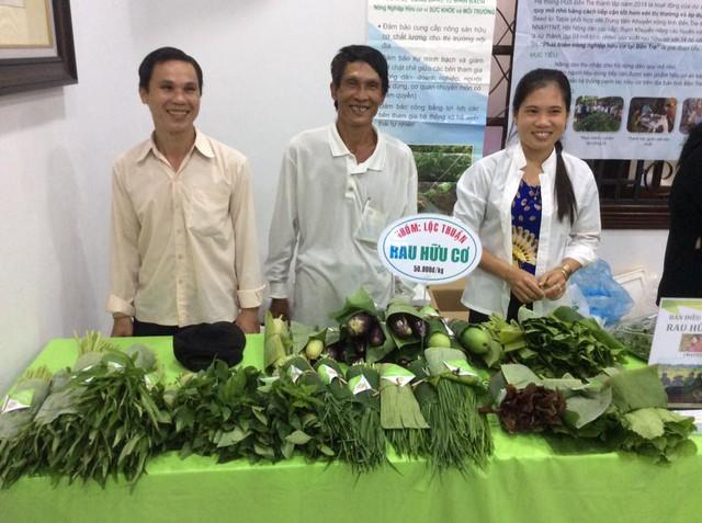 Ông Thống (giữa) tại Phiên chợ xanh tử tế ở TP HCM. Ảnh: Seed to Table
