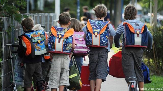 Trẻ em Đức tự đi bộ đi học mà không cần sự giám sát của người lớn.