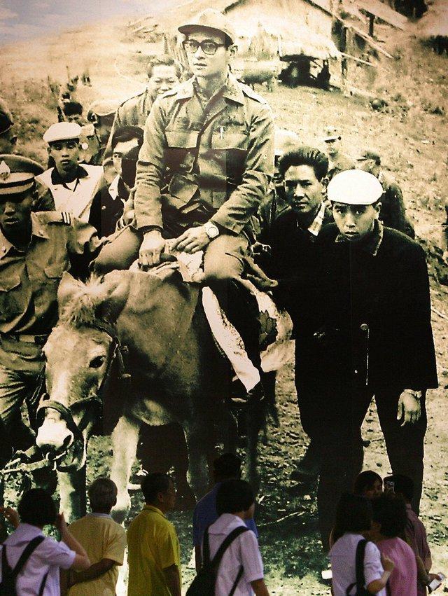 Hình ảnh về vua Bhumibol vi hành xuất hiện rất nhiều tại Thái Lan.