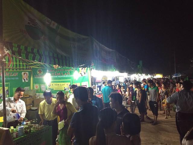 Cảnh đông đúc tại phiên chợ đêm trong khuôn khổ Hàng Việt về nông thôn. Ảnh: Minh Quân