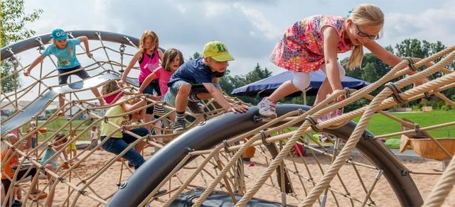 Trong các sân chơi ở Đức, trẻ em tự vui đùa cùng nhau qua các trò chơi bên trong mà không cần sự giúp đỡ của bố mẹ.
