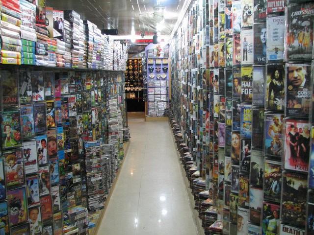 Các tiệm Internet ngày xưa không có nhiều, chủ yếu là cửa hàng băng đĩa...