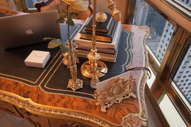 Góc bàn làm việc của Melania, bà hiện đang thiết kế và bán nhiều mẫu đồng hồ, nhẫn và vòng tay khác nhau.