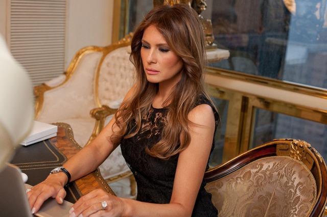 Người vợ 3 Melania Trump tạo dáng bên bàn làm việc.