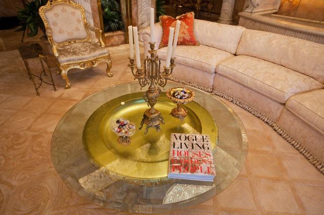 Trên bàn trà là cuốn sách nghệ thuật sống Vogue, 2 bát kẹo vàng cùng chân nên cũng được mạ vàng.
