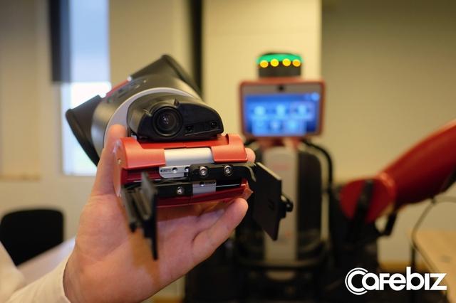 Hệ thống camera và cảm biến tích hợp trên hai cổ tay.