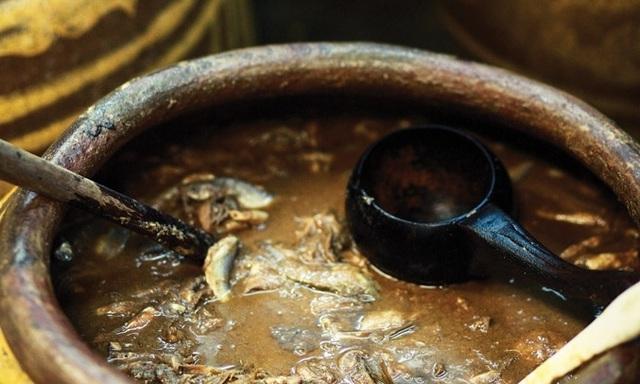 Đây là cách người xưa chưng cất nước mắm.