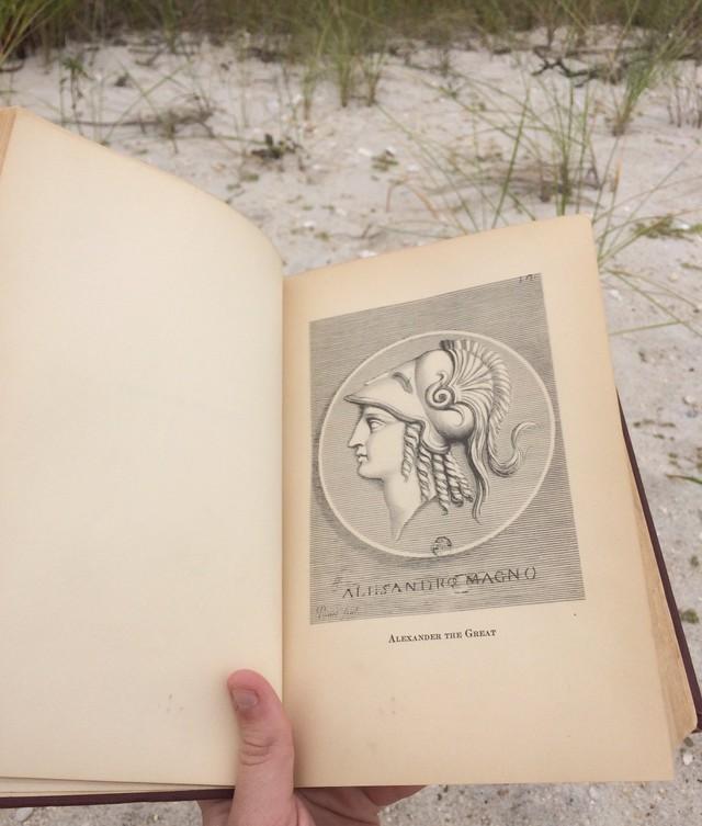 Chương đầu tiên trong cuốn sách nói về Alexander Đại Đế.