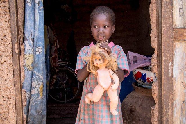 Bất kì đứa trẻ nào ở Burkina Faso cũng mong có được một con búp bê lành lặn, dù mức sống của một người trưởng thành là 45 USD/tháng.