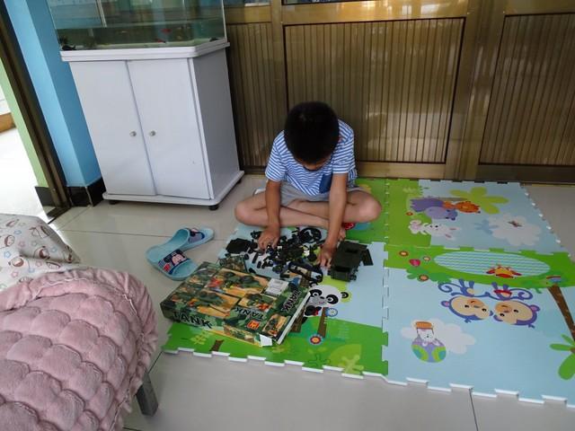 Tại Trung Quốc, nơi người dân có mức sống 2.235 USD/tháng, con em của họ luôn thích những chiếc xe tăng đồ chơi.