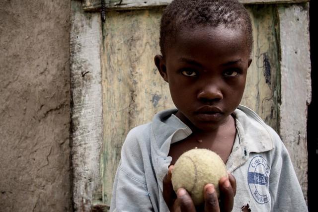 Ở Haiti, lũ trẻ thích nhất là chơi những quả bóng tennis đã bỏ đi...