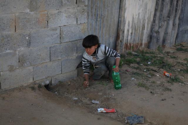Ở Palestine, nơi có mức sống 112 USD/tháng, đồ chơi của lũ trẻ chỉ là những chai lọ bằng nhựa.