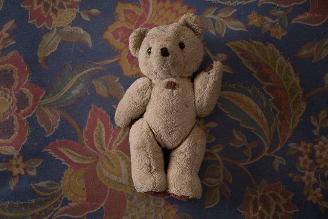 Tại Tunisia, đất nước có mức sống trung bình 176 USD/tháng, lũ trẻ thường chơi với gấu bông.