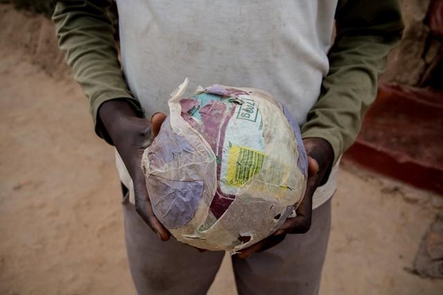 Ở Zimbabwe, lũ trẻ chỉ ước được chơi những quả bóng tự làm bằng giấy, dù mức sống của một người trưởng thành tại đây là 34 USD/tháng.