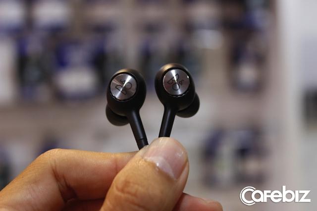 Phụ kiện đáng giá nhất có lẽ là chiếc tai nghe Bang & Olufsen.