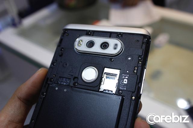 Máy có một khe nanoSIM và một khe thẻ nhớ microSD.