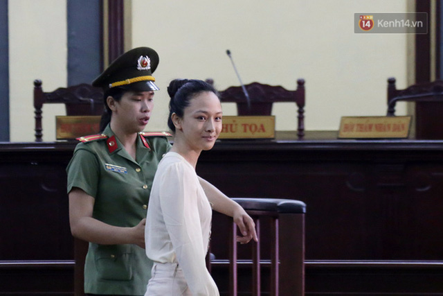 Nga tỏ ra khá thoải mái và luôn nở nụ cười khi bước vào phòng xét xử