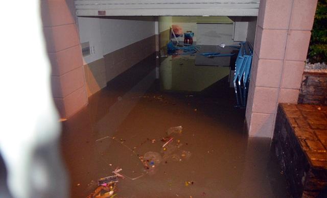 Tầng hầm của bãi xe có thời điểm ngập hơn 1,5 m khiến hàng trăm xe chìm trong nước bẩn.