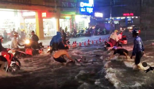 Cảnh mưa tuôn như thác đổ trên đường ở quận Thủ Đức - TP.HCM đêm 26-9 - Ảnh cắt từ clip.