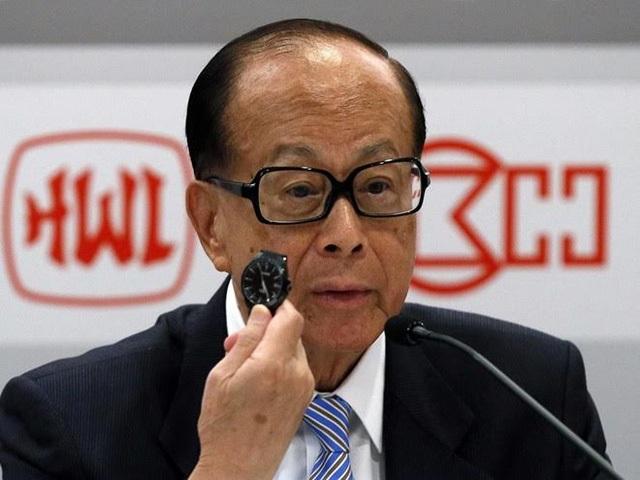 Tỷ phú Lý khoe chiếc đồng hồ trị giá 500 USD mà ông đã gắn bó trong nhiều năm. Ảnh: B.I