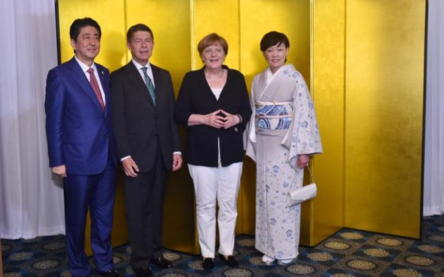 Vợ chồng Thủ tướng Đức Angela Merkel (giữa) chụp ảnh cùng vợ chồng Thủ tướng Nhật Bản Shinzo Abe bên lề G7 năm 2016.