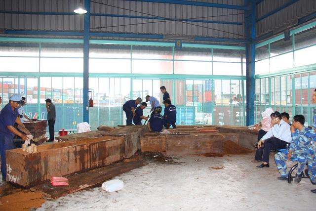Toàn bộ 12 khối gỗ chứa ngà voi được dỡ khỏi container để kiểm tra