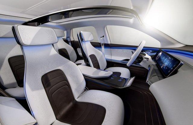 Nội thất trong xe không thể thiếu một màn hình lớn 24 inch hiển thị tốc độ cũng như quãng đường, dữ liệu lái xe và hỗ trợ cả GPS. Hệ thống sẽ báo cho tài xế khi xe rơi vào tình trạng pin yếu. Cùng lúc đó, màn hình sẽ hiển thị trạm sạc gần nhất.