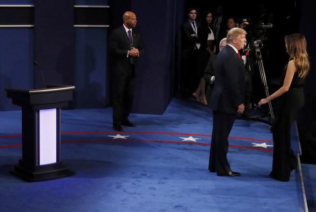 Ông Trump đi thẳng về gặp gia đình sau cuộc tranh luận mà không thèm nhìn đối thủ