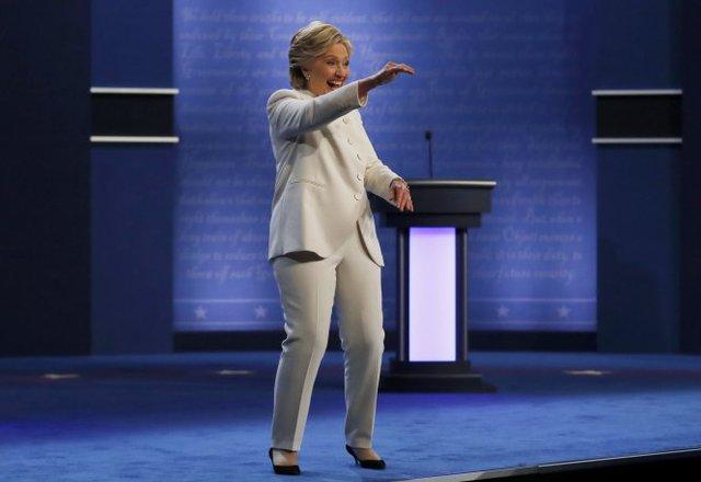 Bà Clinton tự tin vẫy tay người ủng hộ sau cuộc tranh luận