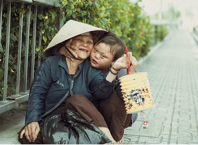 Tác phẩm Mẹ - người bạn thân nhất của nhiếp ảnh gia Phạm Hoàng Thân khắc họa hình ảnh bé gái nghèo, cùng chơi lồng đèn bên mẹ nhân dịp Trung thu. Bức ảnh thu hút hàng nghìn like (thích), chia sẻ từ dân mạng. Nhiều người xúc động và trân trọng khoảnh khắc giản dị, hạnh phúc của hai mẹ con. Ảnh: Phạm Hoàng Thân.