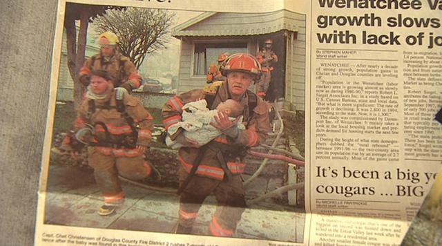 Bức ảnh chụp cảnh Mike cứu cô bé ra khỏi căn nhà đang bốc hỏa của mình.