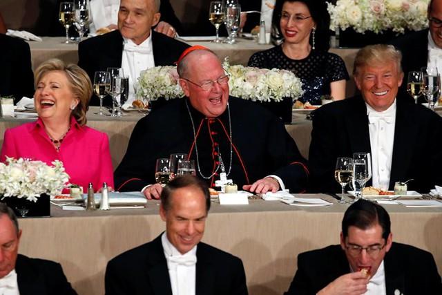 Hai ứng viên tổng thống tránh mặt nhau dù hai người ngồi rất gần nhau trên bàn tiệc. Ảnh: Reuters.