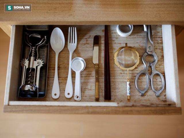 Bộ đồ ăn đầy đủ từng dụng cụ, được sắp xếp rất gọn gàng.