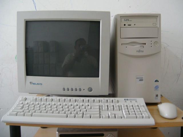 Ngày xưa nhà nào có máy tính phải cực kì điều kiện... Càng to lại càng xịn!