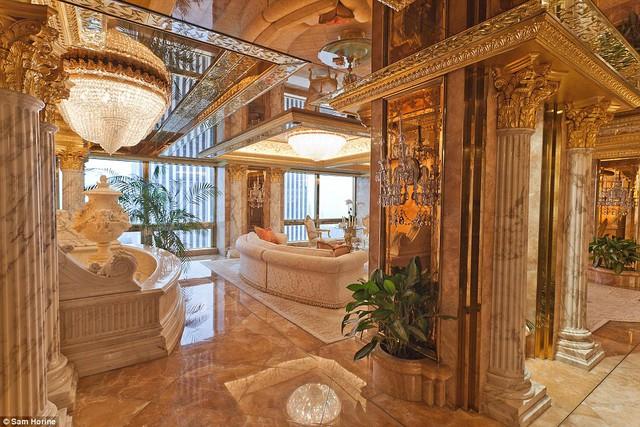 Căn hộ nằm trên tầng 66 của toà nhà Trump với sàn đá hoa, cột đá bố trí quanh căn phòng. Đa số các đồ dùng bên trong căn phòng này đều được mạ vàng 24k. Thậm chí một số hoạ tiết trang trí trần nhà cũng được mạ vàng.