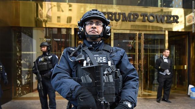 Mật vụ Mỹ bảo vệ nghiêm ngặt xung quanh Tháp Trump. (Ảnh: Getty)