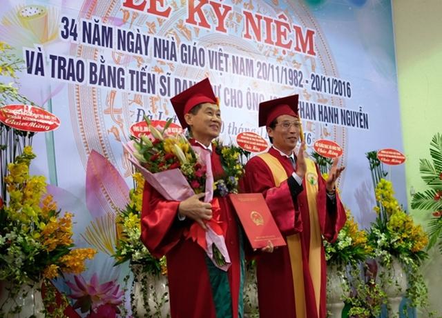 Ông Hạnh Nguyễn nhận bằng Tiến sĩ danh dự Trường Đại học Đà Lạt