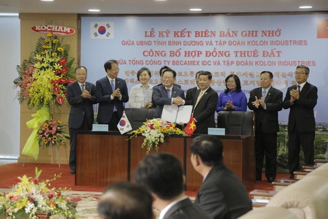 Ông Trần Thanh Liêm chủ tịch tỉnh Bình Dương (phải) bắt tay với lãnh đạo tập đoàn Kolon Industries