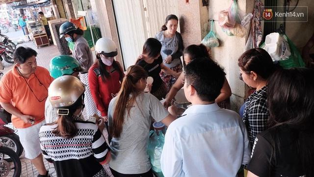 Quán xôi cay nằm trên đường Nguyễn Duy Dương (quận 5) luôn tấp nập khách gần 50 năm qua.