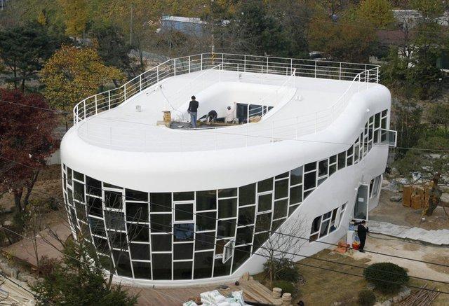 Có những căn nhà lấy cảm hứng từ các vật dụng lạ lùng, đây là một căn nhà như thế, được xây dựng tại Suwon, Hàn Quốc và cảm hứng của kiến trúc sư chính là chiếc toilet khi thiết kế căn nhà này.