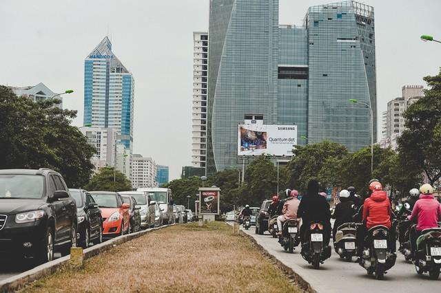 Tắc nghẽn giao thông trên trục giao thông Lê Văn Lương là đặc sản của khu vực này.