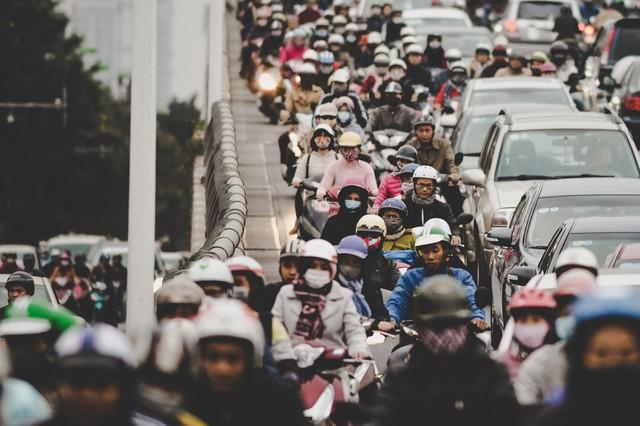 Cầu vượt nối phố Láng Hạ, điểm đầu của đường Lê Văn Lương luôn trong tình trạng ùn ứ dù ở trên hay phía dưới.