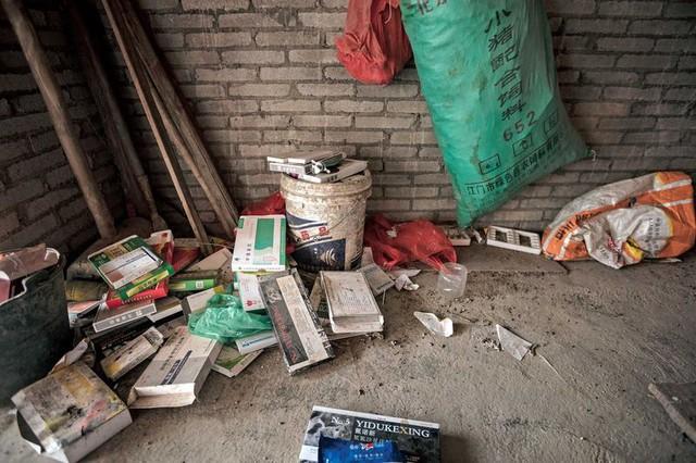 Vỏ thuốc kháng sinh bị vứt bừa bãi quanh các trại nuôi trồng thủy sản và chăn nuôi ở Quảng Đông