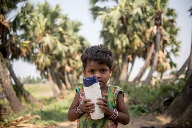 Với mức sống của một người trưởng thành khoảng 29 USD/tháng, lũ trẻ ở Ấn Độ thích chơi nhất là chơi với... chai nhựa bỏ đi.