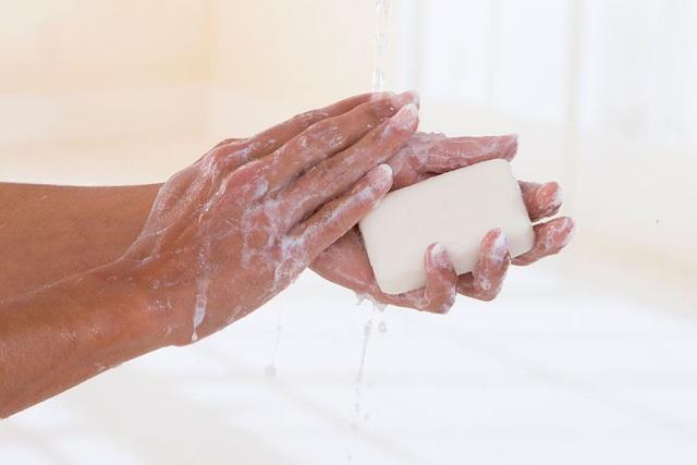 FDA khuyến cáo người tiêu dùng chỉ nên sử dụng xà phòng thường và nước