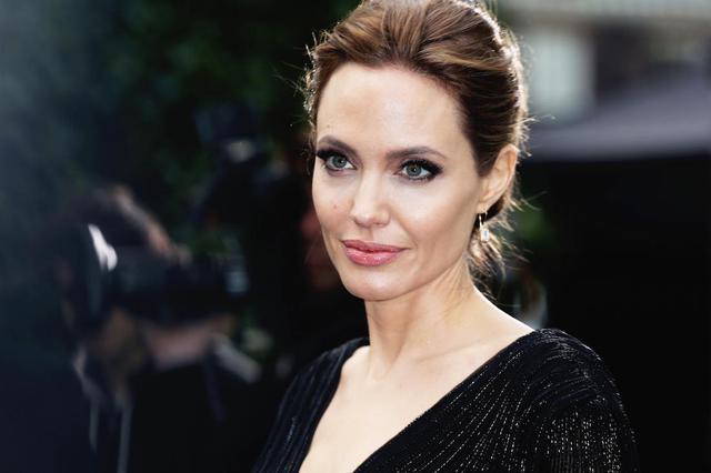 Tiếp xúc với phụ nữ xinh đẹp có thể làm tăng nhanh cortisol, một hormone căng thẳng trong cơ thể.