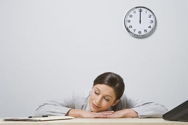 Ngủ trưa nửa giờ là một trong những nội dung quan trọng của nguyên tắc ba nửa giờ. (Ảnh minh họa).