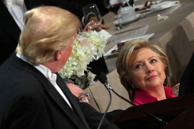 Bà Clinton nhìn lên trong lúc ông Trump đang phát biểu. Ảnh: Reuters.