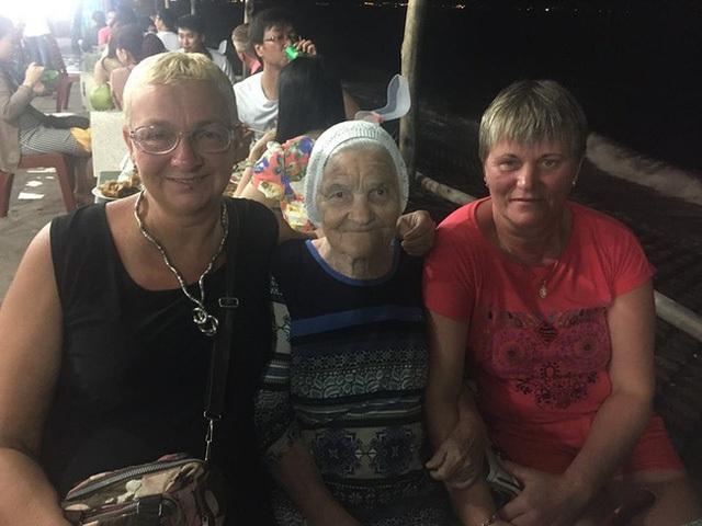 Cụ Lena chụp ảnh với những người Nga chỉ vừa mới quen biết sau khi đến Việt Nam.