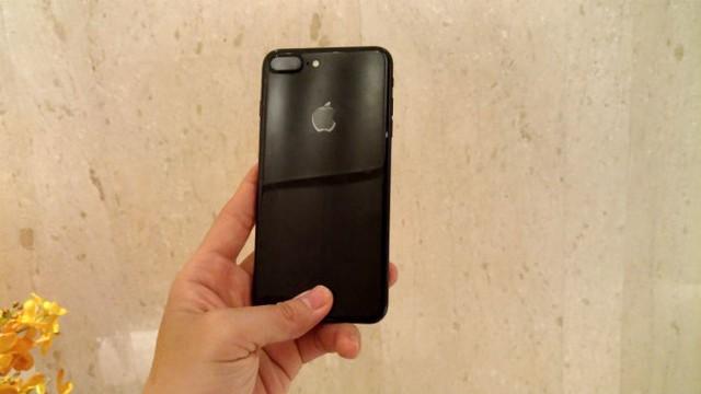 Phiên bản đen bóng bẩy Jet Black mới của iPhone 7 Plus đang hút hàng - Ảnh: Phong Vân
